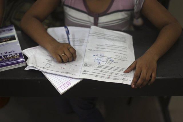Una alumna en una clase en India