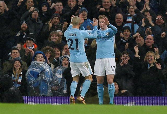 De Bruyne y Silva se abrazan tras un gol