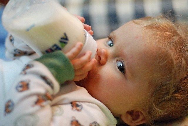 Biberón, leche, bebé