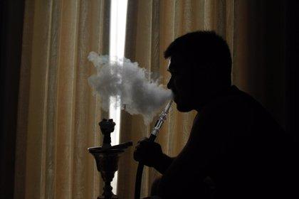 El consumo de productos de tabaco por adolescentes, asociado con fumar cigarrillos un año más tarde
