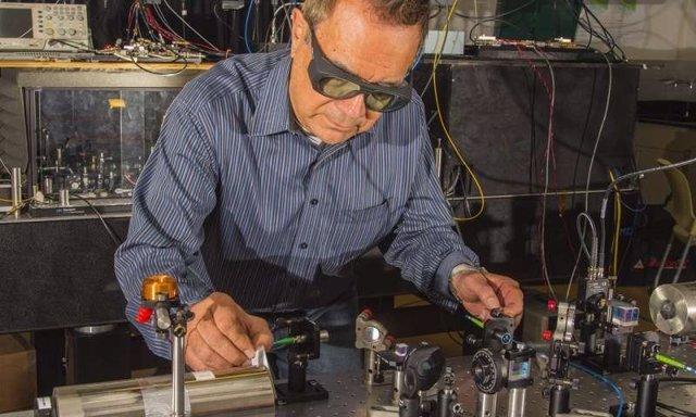 Dave Howe en el trabajo del proyecto de radio cuántica