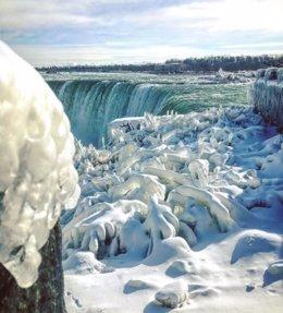 Las cataratas del Niágara heladas por el frío