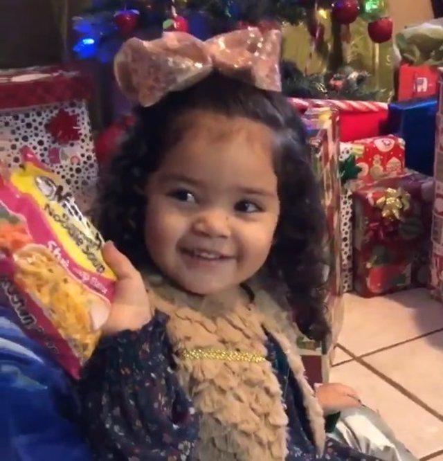Reacción de una niña a la que regalaron sopa instantánea por Navidad