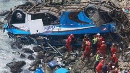 """Kuczynski ordena """"eliminar"""" la carretera donde este martes murieron 48 personas en un accidente de autobús"""