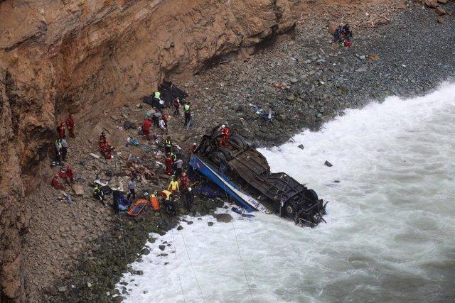 AEquipos de rescate en el lugar donde un autobús tuvo un accidente en Perú