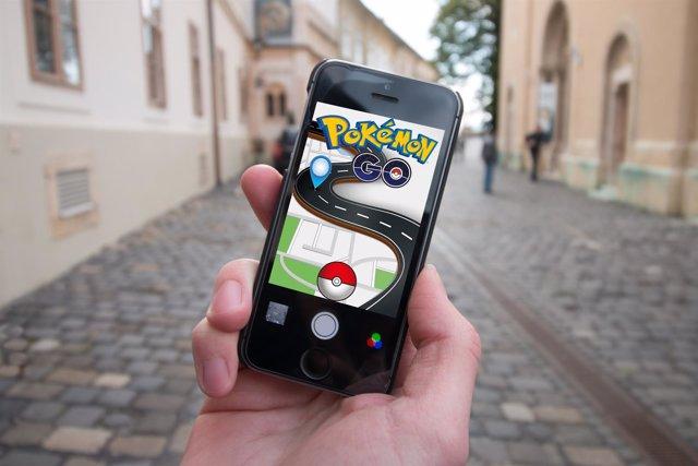 Móvil con el juego Pokémon GO