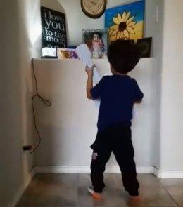 Niño canta a su hermana fallecida el día en el que cumpliría un año