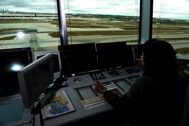 Controladora en la torre de control de Madrid