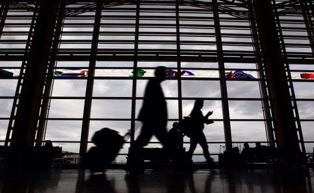 Pasajero en aeropuerto de Estados Unidos