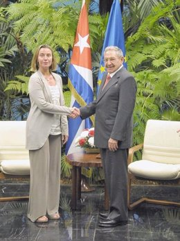 Federica Mogherini y Raúl Castro
