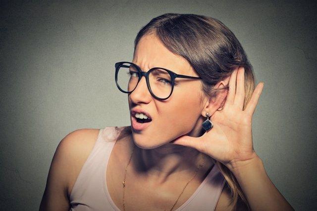 Mujer con problemas de audición, sordera