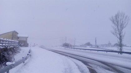 La nieve corta el paso de camiones y autobuses en la A-67 y cierra tres puertos