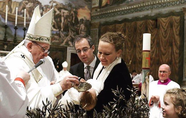 El Papa Francisco bautiza en la Capilla Sixtina en enero de 2017