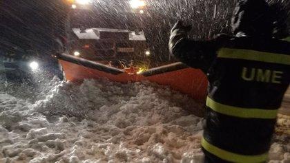 Más de 240 efectivos de la UME trabajan para rescatar a los vehículos atrapados en la nieve en la AP-6