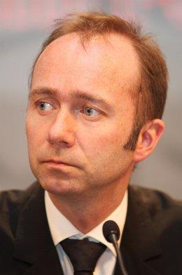 Trond Giske en una conferencia de prensa el 12 de abril de 2010