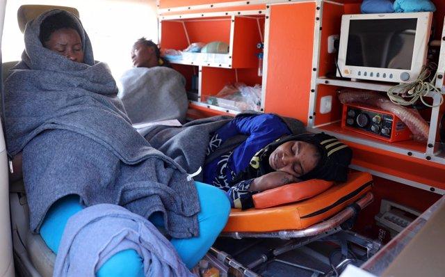 Migrantes dentro de una ambulancia en una base naval en Trípoli, Libia