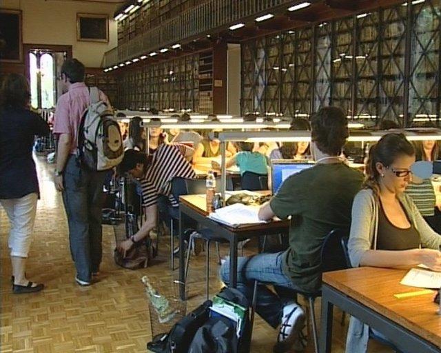 Estudiantes en una biblioteca (Archivo)