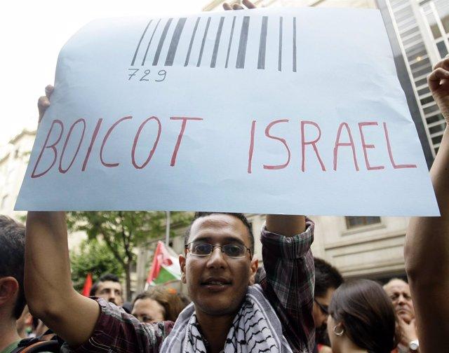 Manifestante en Barcelona con un cartel a favor del boicot a Israel