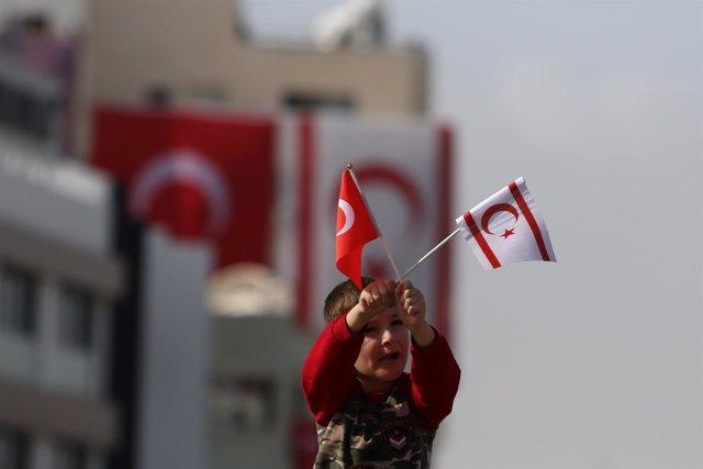 Un niño enarbola la bandera turca y turcochipriota en Nicosia del Norte