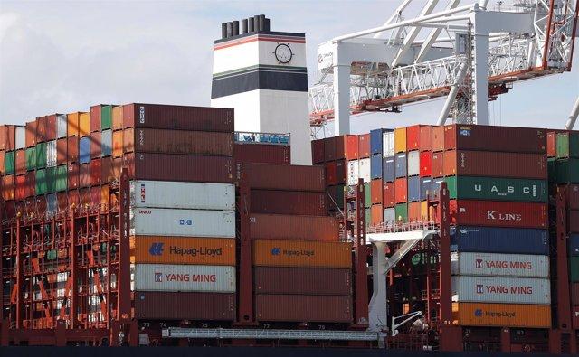 Contenedores apilados en un buque de carga en Southampton, Reino Unido
