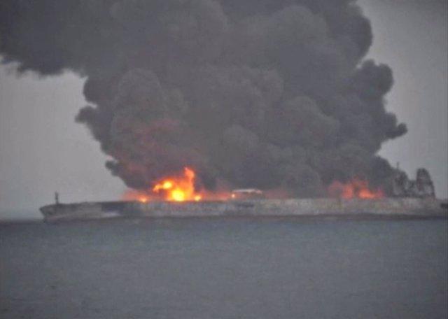 Humo y fuego en el petrolero SANCHI