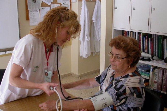 Enfermera con cuidadora tensión arterial