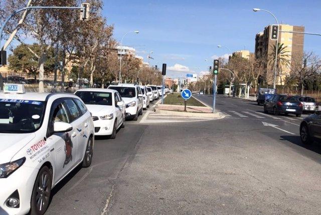 Taxis en la avenida doctor Rico en dirección al centro
