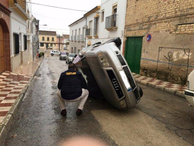 Vehículo volcado como protesta por la agresión a un vecino de Pedrera