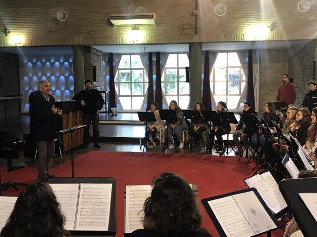 El consejero de Cultura, en un ensayo de la Orquesta Joven y el Joven Coro