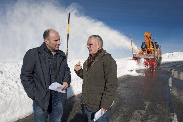Ayerdi en Belagua con el director general de Obras Públicas, Ignacio Nagore
