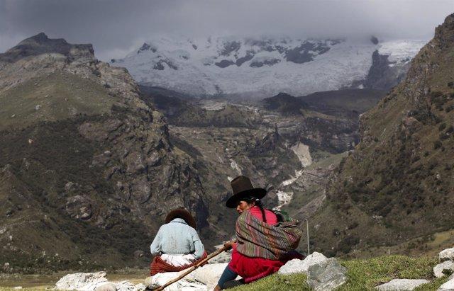 Una pastora y su hija ante el glaciar Hualcan