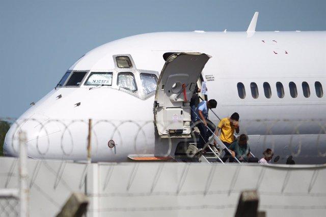 Niños salvadoreños desembarcan tras ser deportados desde EEUU (archivo)