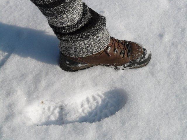Un pie pisando la nieve