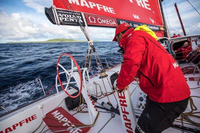 Pablo Arrarte a bordo del MAPFRE con las Islas Salomón al fondo