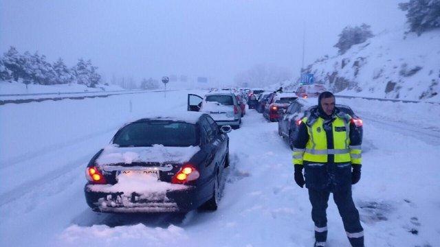 Coches atrapados por el temporal de nieve en la AP-6