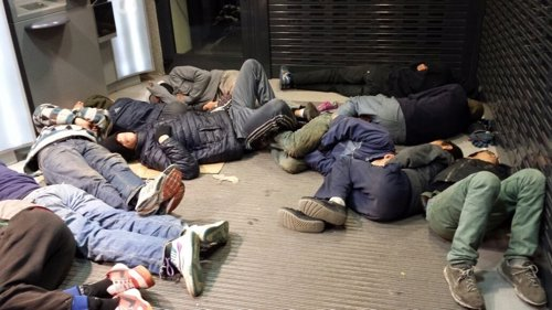 Menores extranjeros durmiendo en un cajero en Melilla