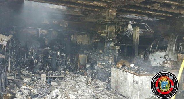 Garaje incendiado en Boo de Piélagos