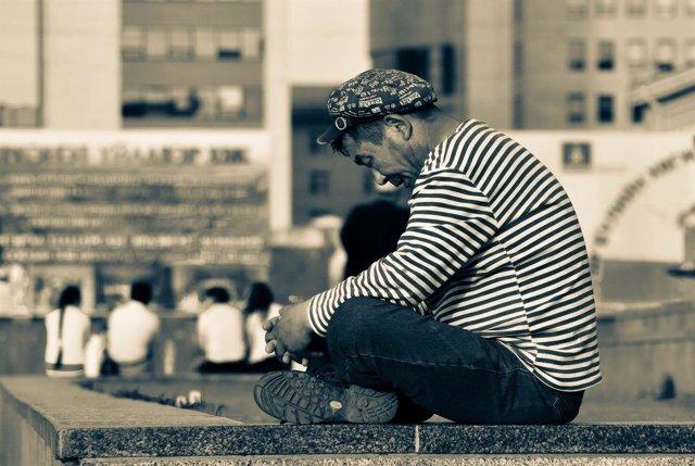Hombre solo, con depresión y ansiedad