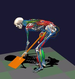 Jardinero con mala postura para cavar tierra