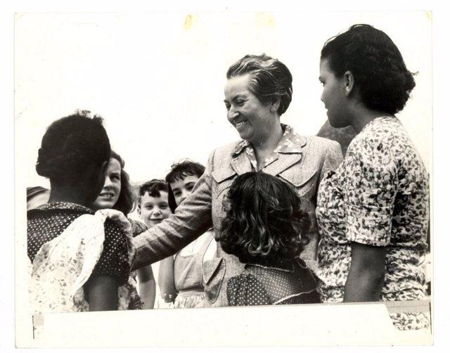 Gabriela Mistral rodeada de niños