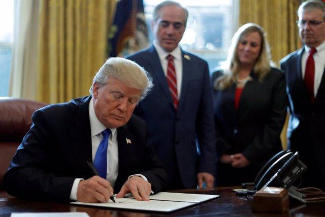 Donald Trump firma una orden ejecutiva para proteger a los veteranos