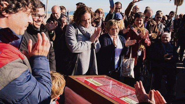 Ada Colau conmemora los 80 años del bombardeo en la Escola del Mar