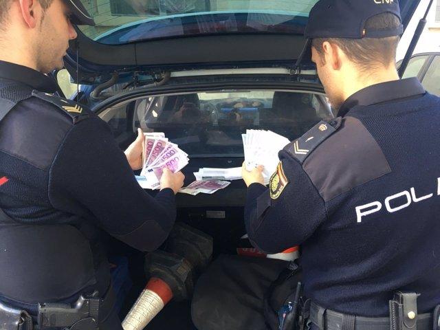 """Nota De Prensa Y Fotografía:""""La Policía Nacional Detiene Instantes Después A Una"""