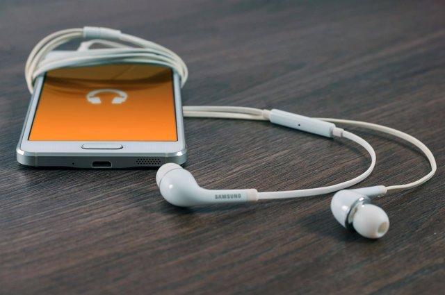 Smartphone con auriculares marca Samsung