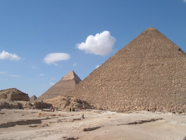 Pirámides de Giza con la de Keops en primer plano