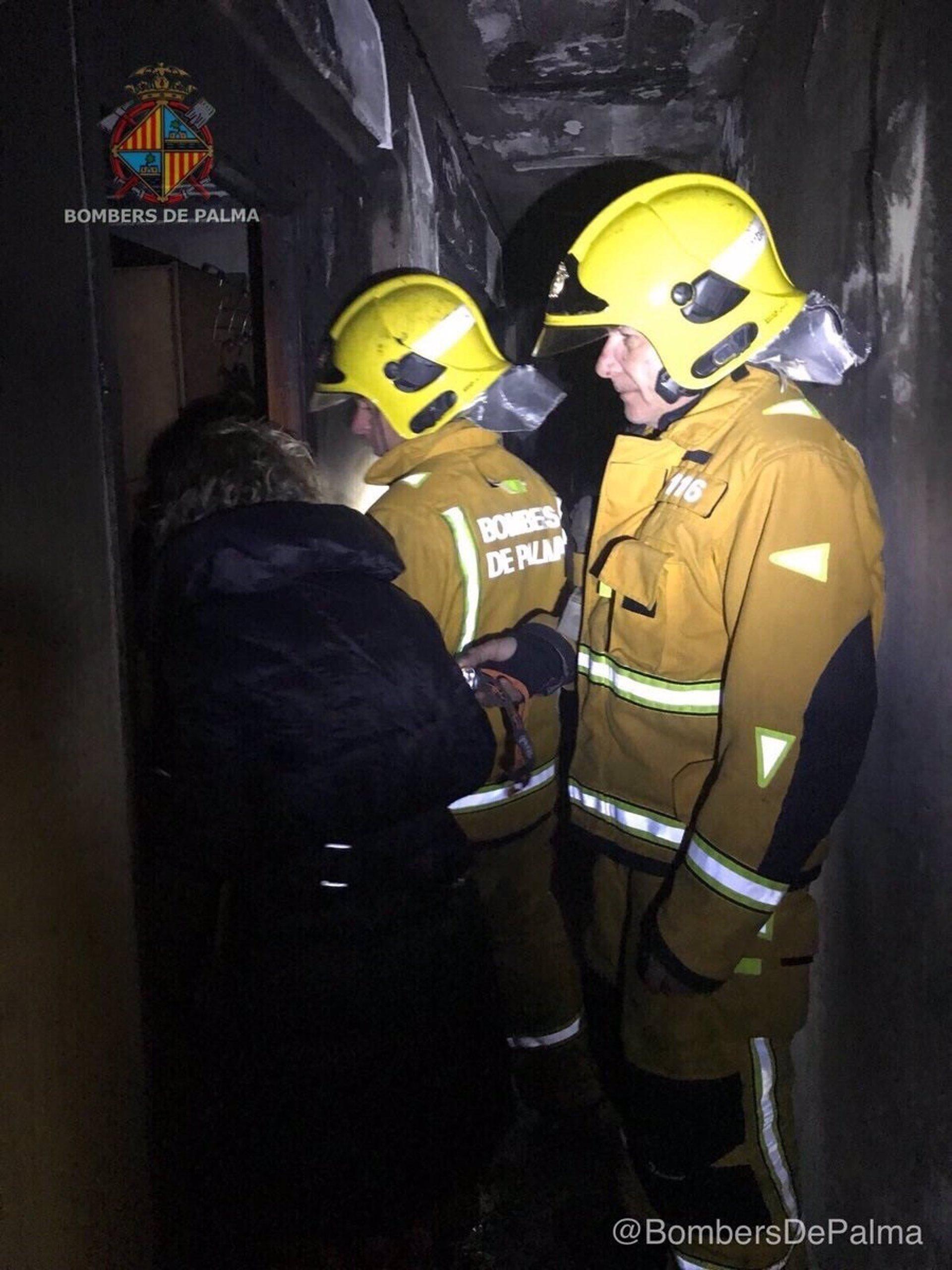 Seis heridos por inhalación de humo en un incendio en una vivienda en Palma