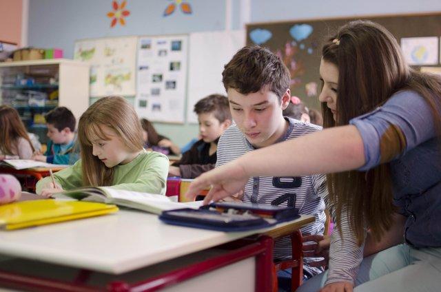 Alumnes treballant a classe