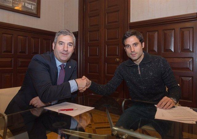 Xabier Etxeita y Josu Urrutia firman la renovación con el Athletic