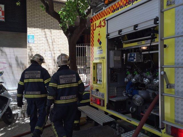 Intervención de los bomberos de Cádiz en el incendio de una vivienda
