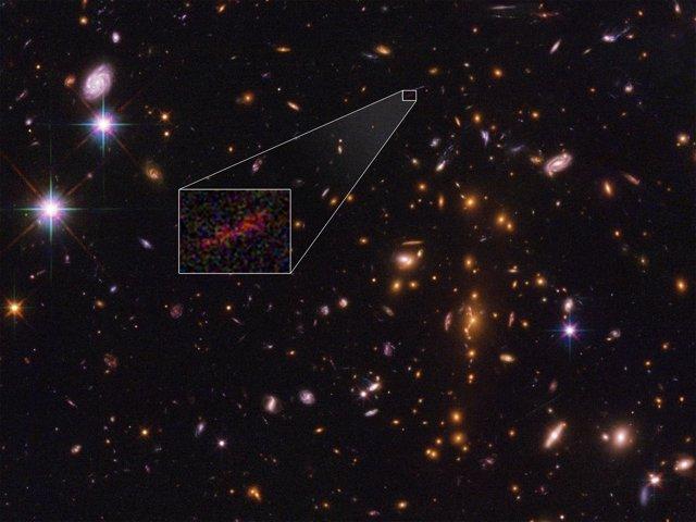 Imagen amplificada por lente gravitacional de la remota galaxia